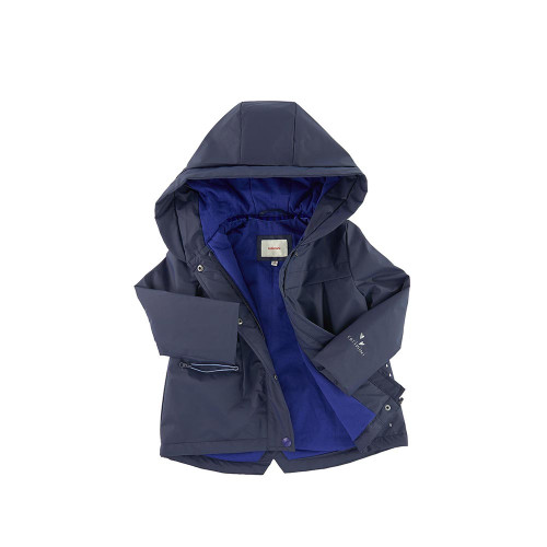 Waxed fabric, Jersey lining, Quilted padding, Large hood, Long sleeves, Box pleats on the front and in the back, Zip pockets , Zipper under a snap strap, Fancy print on the front and in the back