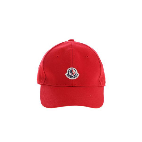 The baseball cap that Moncler envisioned for small athletes is a successful test of femininity. An accessory destined to become a must-have.