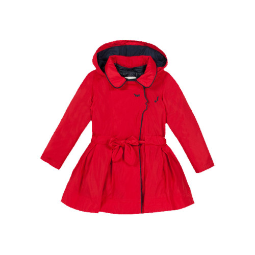 Worn with the puffa jacket during the winter or on its own in the mid-season, this is a coated trench coat with a girly line.