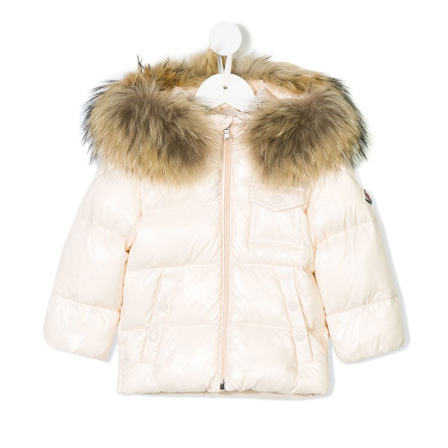 This light pink feather down and raccoon dog appliqué padded jacket from Moncler Kids features a fur trimmed hood, a front zip fastening, two front pockets, long sleeves, a straight hem, a contrasting patch embellishment to the left sleeve and a chest snap pocket.