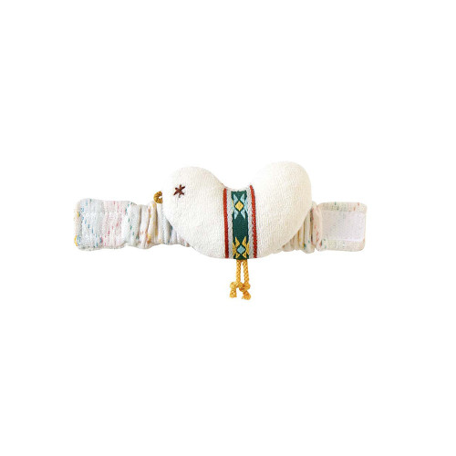 Cloth toy that can be attached to the baby's arm. The rattle sounds from the motif when the baby shakes his arm.
