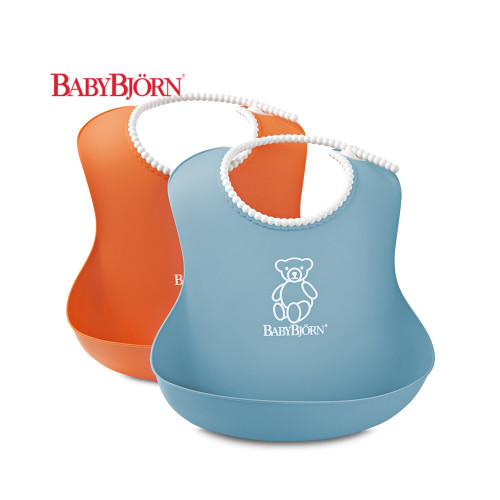 Adjustable neckband gives the baby bib long period of use. The baby bib's spill pocket catches any mess