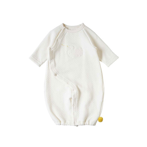 A plump quilted 2-way dress that wraps an innocent baby. Like a flower, like a cloud.