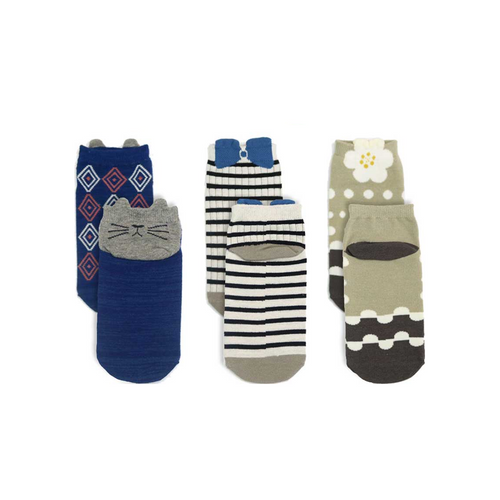 Fashionable children's ankle socks with cute but cute girlish motifs of flowers