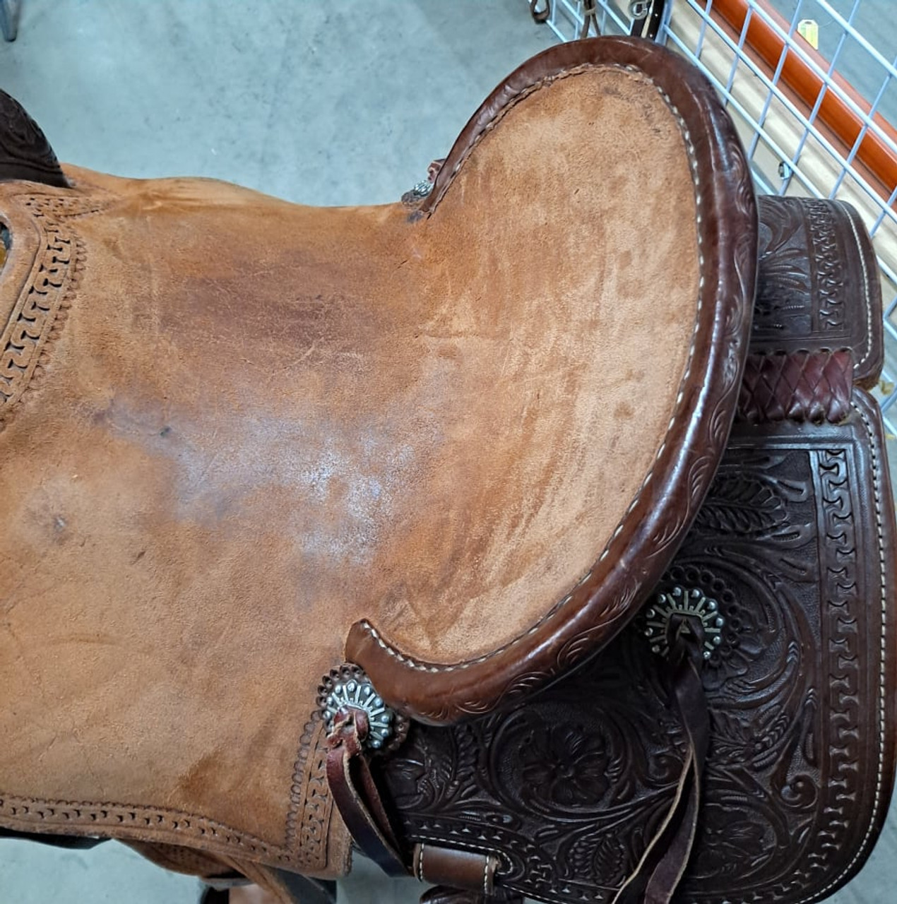 New Stock Saddle in Hermann Oak leather by Fort Worth Saddle Co with 15 inch seat. Chocolate color, half breed construction. Pencil roll seat. Gullet size is 7.75 inch, weight is 26lbs, and skirt is 26 inch. Made in USA. Limited lifetime warranty.  S997