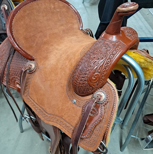New Stock Saddle in Hermann Oak leather by Fort Worth Saddle Co with 14 inch seat. Sorrel leather. Pencil roll cantle. Roughout seat. Gullet size is 7.75 inch, weight is 28lbs, and skirt is 24 inch. Made in USA. Limited lifetime warranty.  S1005