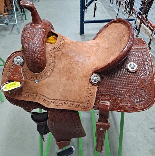 New Fort Worth Competitor Barrel Saddle by Fort Worth Saddle Co with 14 inch seat Chestnut. Fully tooled fenders. Drop rig. Matching flank billets with hoofpick sheath. Gullet size is 6.5 inch. Made in USA. Limited lifetime warranty.  S746