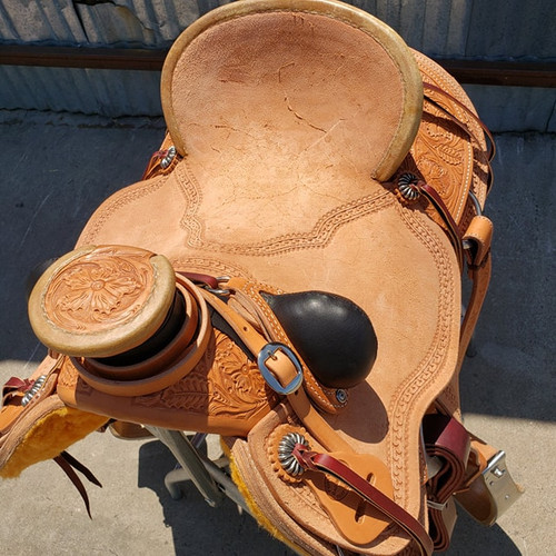 New Wade Saddle by Fort Worth Saddle Co with 17 inch seat. Drop rig, round back, with flank cinch. Gullet size is 7.75 inch. Made in USA. Limited lifetime warranty.  S876