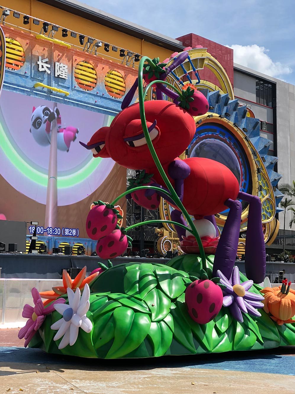 09-chimelong-group-cold-air-parade-inflatable-ant.jpg