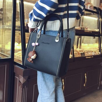 2018 new woman fashion handbags, trend leisure messenger bag, simple Korean version women bag, retro flap.