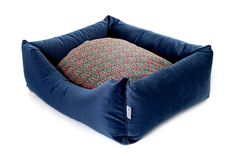 Sissinghurst_Snoozeworthy_Scooped_Front_Dog_Bed_Cherry_Detail_png