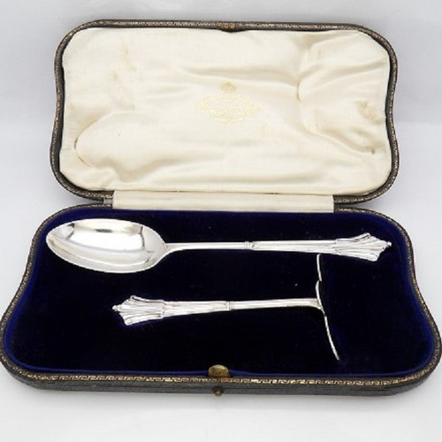 Cased silver Christening set comprising spoon and pusher hallmarked London 1909 Francis Higgins & Son Ltd