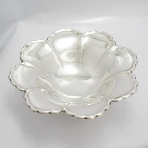 Lovely vintage silver dish in the form of a stylised flower hallmarked  Birmingham 1966 by J B Chatterley & Sons Ltd