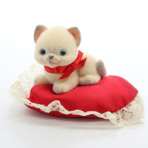 1983 Kitten On Pillow With Lace