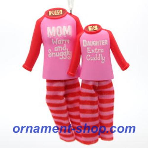 2019 Mom and Daughter Hallmark ornament (QGO2049)