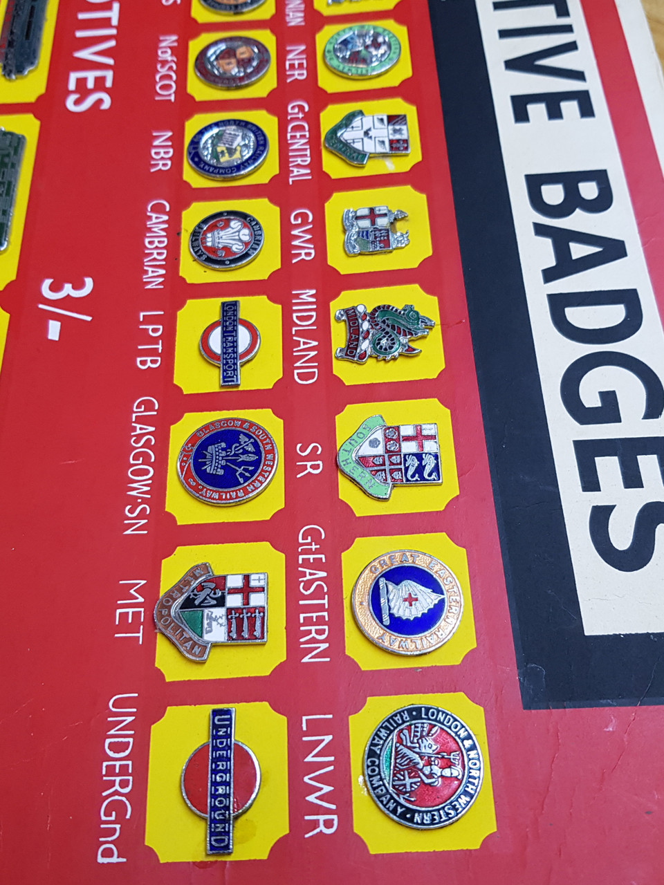 VT 0524. SQUIRES  FULL SHOP DISPLAY CARD OF RAILWAY BADGES.