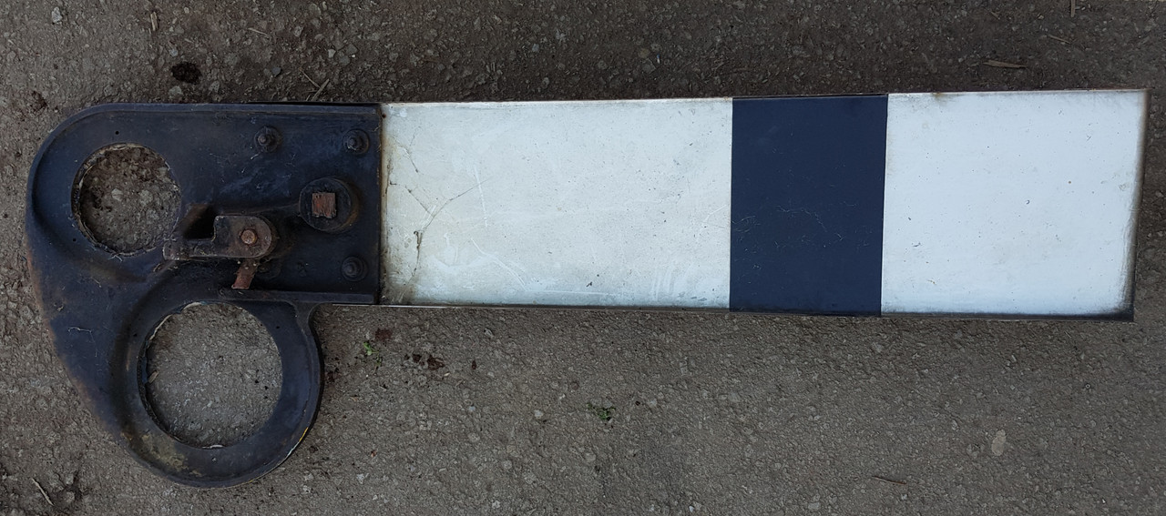VT 0732.  G.W.R. CAST IRON SIGNAL SPECTACLE WITH ENAMEL ARMS.