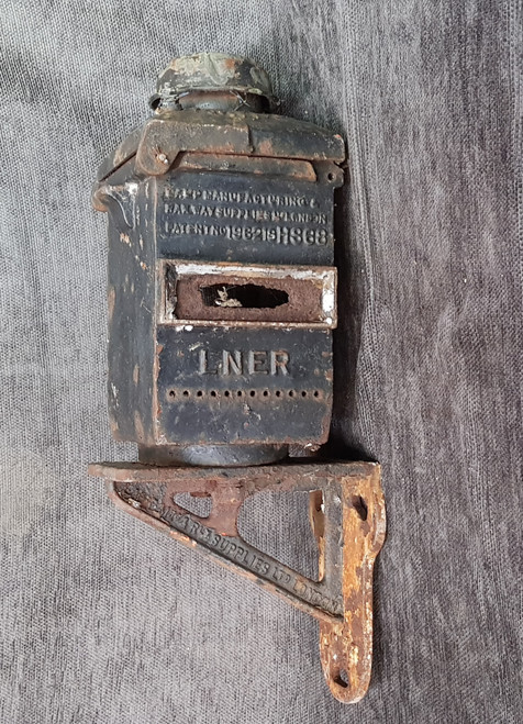 VT 2183. L.N.E.R. CAST IRON SIGNAL LAMP AND MOUNTING BRACKET.