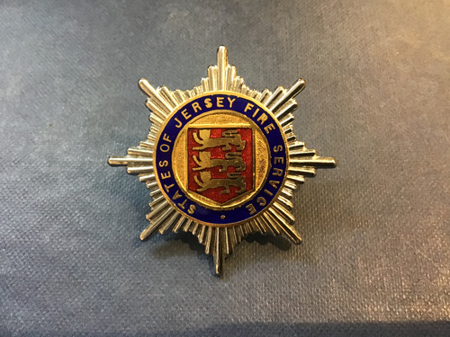 GD 699 STATES OF JERSEY FIRE SERVICE CAP BADGE.