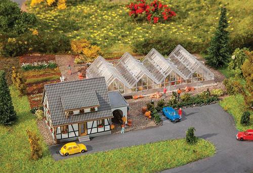W272-282788  Garden Center -- Kit - House: 5.8 x 4 x 4cm Greenhouse: 10.1 x 5 x 2.1cm