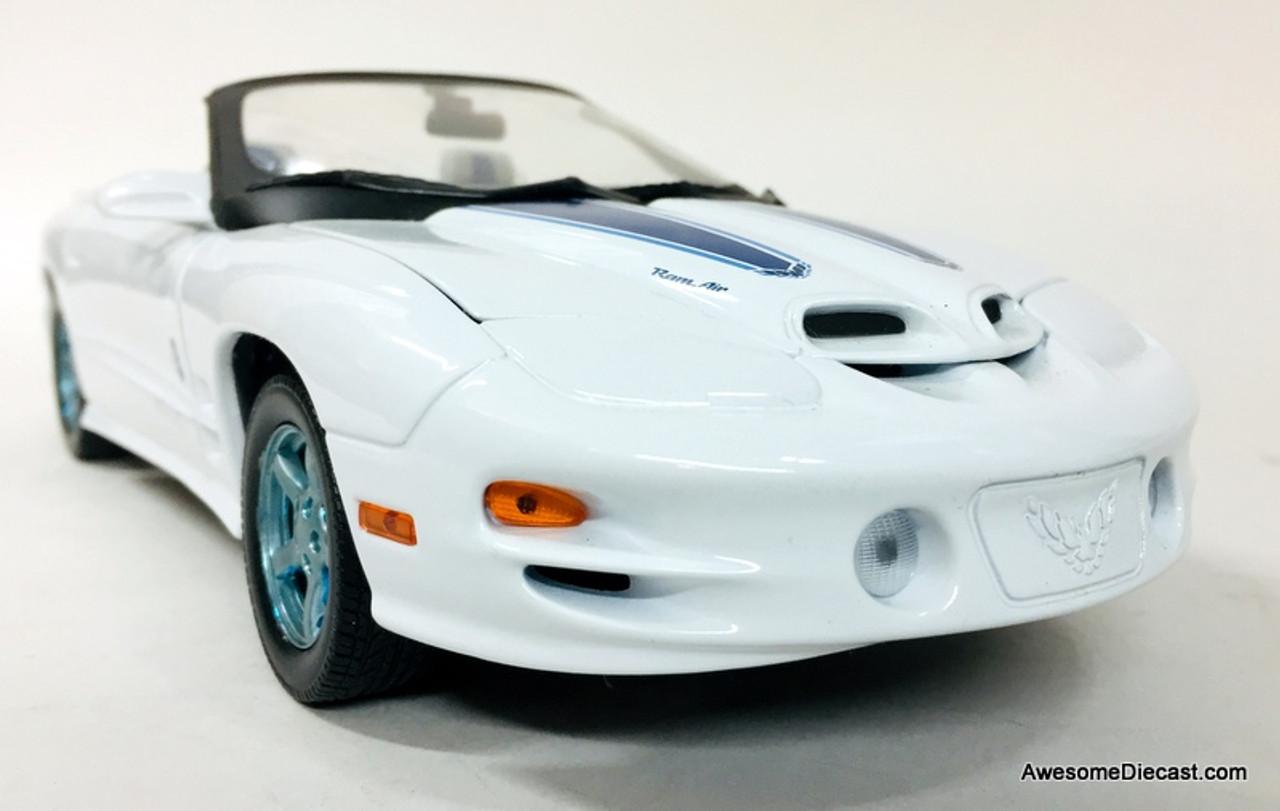 Road Signature 1:18 1999 Pontiac Firebird Trans Am Convertible 30th Anniversary Edition, White