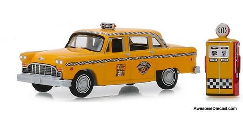 Greenlight 1:64 1978 Checker Motors Marathon A11 Taxi With Vintage Gas Pump