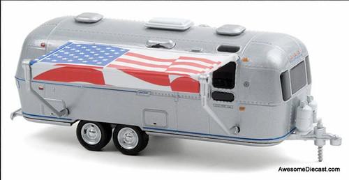 Greenlight 1:64 1972 Airstream Land Yacht Safari w/American Flag Awning