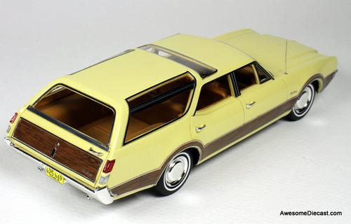 Goldvarg Collection 1:43 1969 Oldsmobile Vista Cruiser, Saffron Yellow