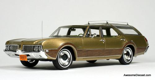 Goldvarg Collection 1:43 1969 Oldsmobile Vista Cruiser, Aztec Gold