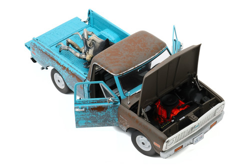 1971 Chevy C-10 Pickup Truck Weathered with Alien Figure, Independence Day - Greenlight HWY18021 - 1/18 scale Diecast Model Toy Car