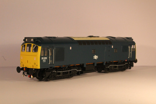2535 OO  25252 CLASS  25/3 LMR BR BLUE FULL YELLOW CENTRAL DOUBLE ARROWS