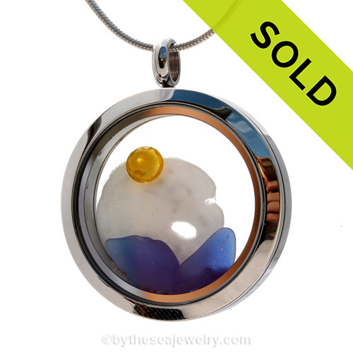 A great locket for anyone, specially those with a November birthday. Cobalt blue sea glass combined with a real sandollar and brightened up with a genuine Topaz crystal gems (November Birthstone). SOLD - Sorry this Sea Glass Locket is NO LONGER AVAILABLE!