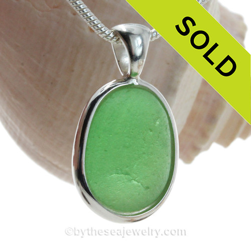 A nice piece of bright green sea glass in an elegant and versatile setting. Done in our Deluxe Wire Bezel© setting that leaves both front and back open for maximum color. Fully Reversible!