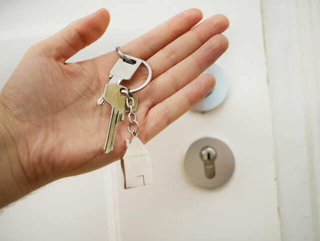 A person holding a set of house keys