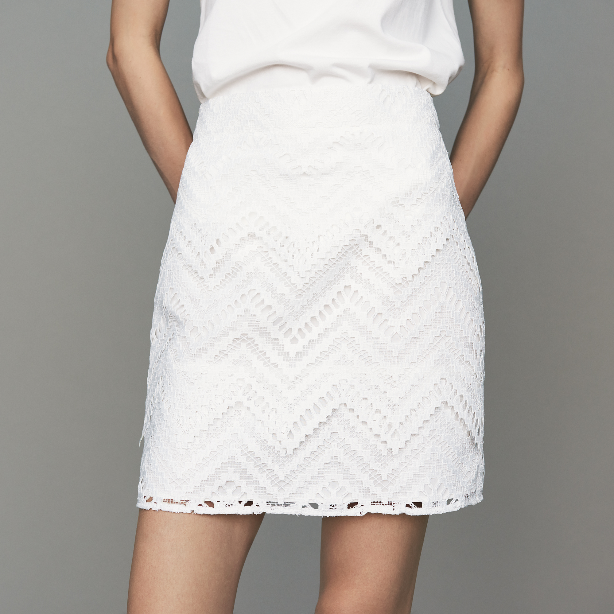 White short skirt with lace detailing - White