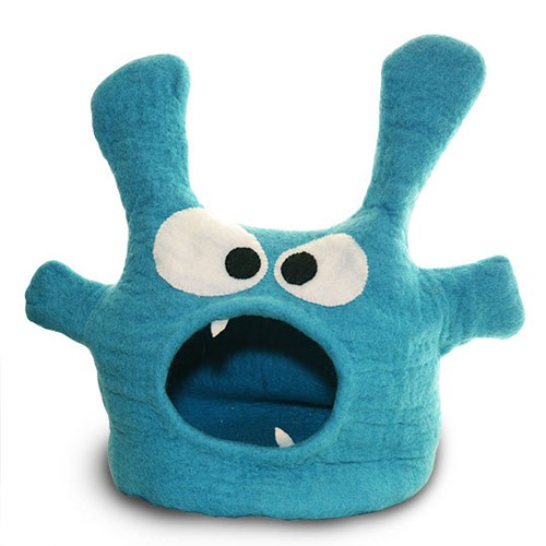 Always wanted an exotic pet? Your pet will love hanging out in the belly of this beast. Approximately 16″ wide, 10″ depth and 10″ high, this felted wool soft monster style is suited for average to smaller beasties, up to 12 lbs.