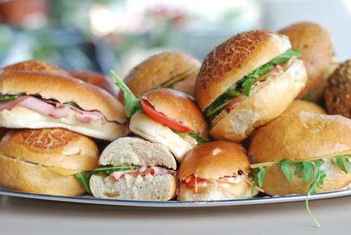   Assortiment Oudaen : 5 belegde mini sandwiches per persoon.  