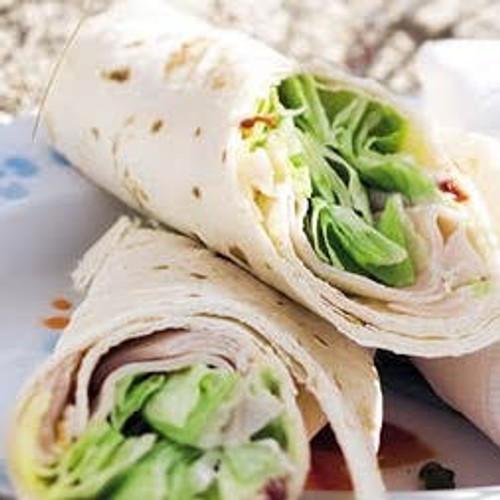 [ Assortiment Wraps , 3 stuks per persoon : met gerookte zalm - humus & gegrilde groenten - pesto en Serrano ham ]