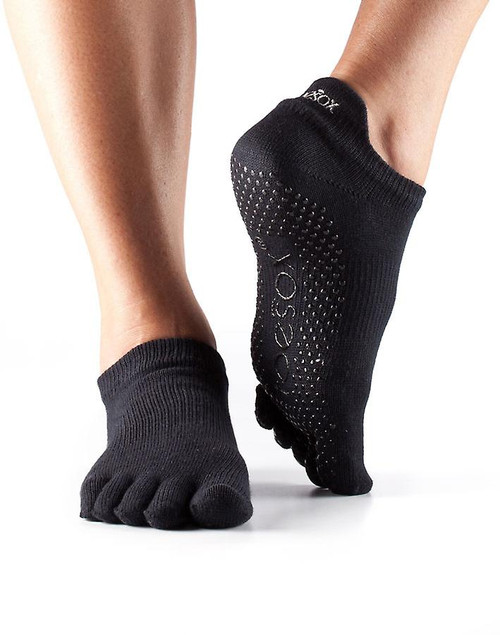 μαύρες κάλτσες που φτάνουν χαμηλά στον αστράγαλο κατάλληλες για pilates και yoga