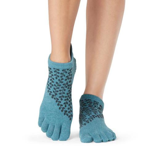 γαλάζιες κάλτσες με γκρί σχέδιο για pilates και yoga.