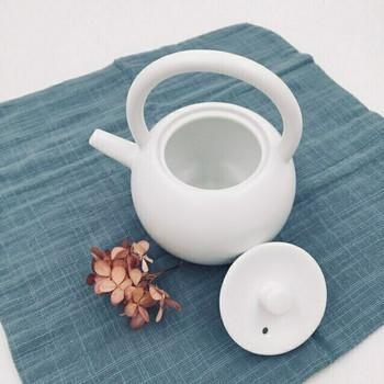 White Satin Glaze Teapot   H190643
