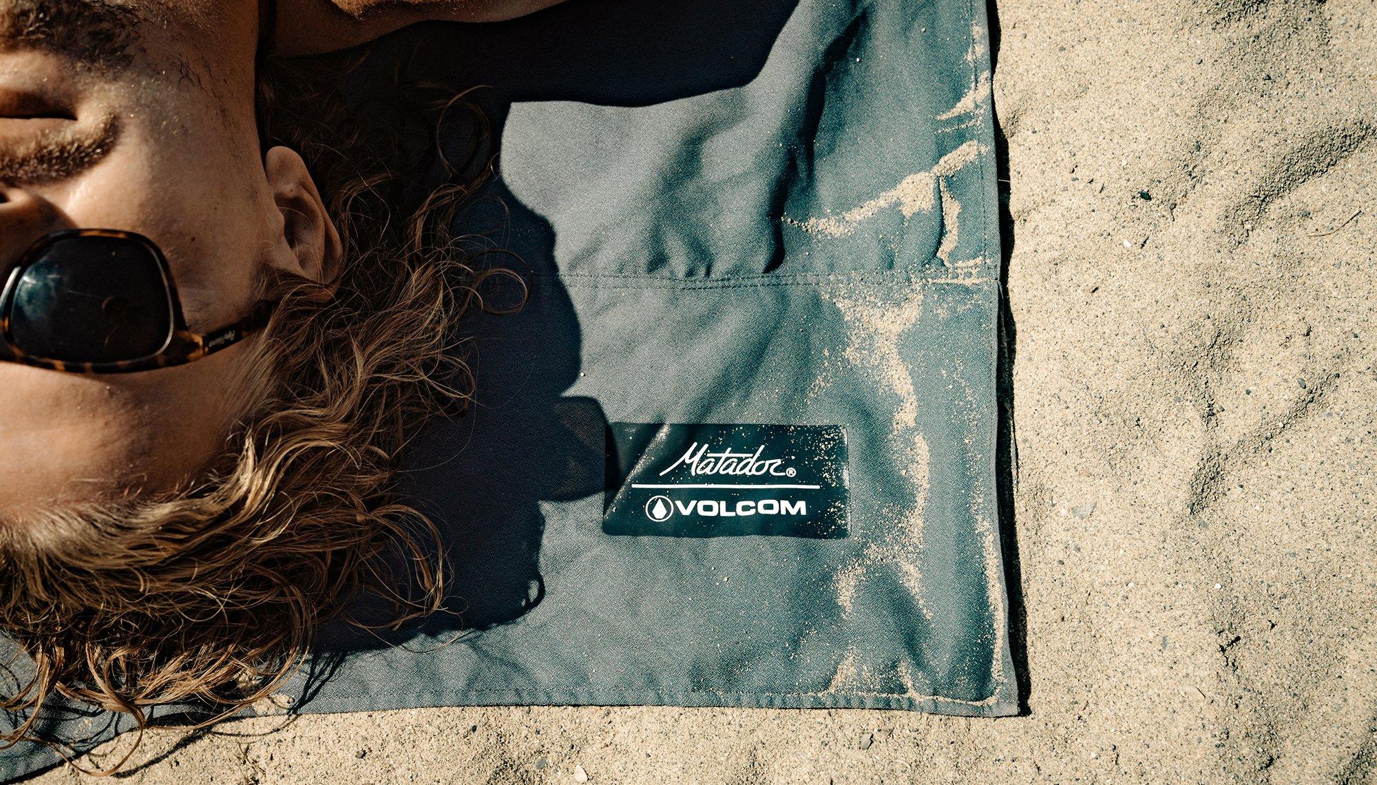 0004-matador-volcom-packablebeachtowel-charcoal-lifestyle-09.jpeg
