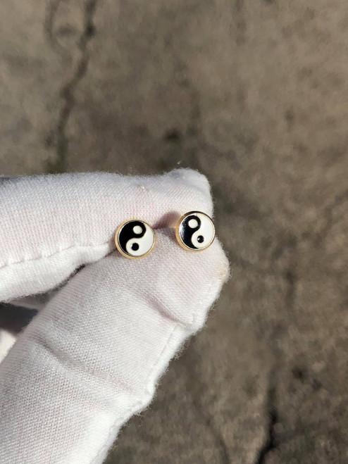 14kt Yin Yang Enamel Stud Earrings - White/Black