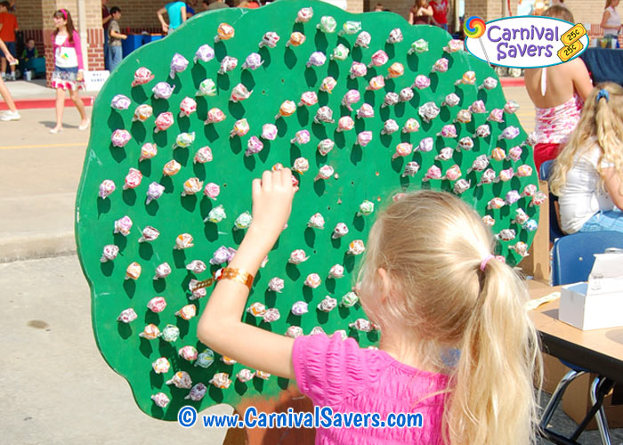 diy-lollipop-tree-at-a-school-carnival.jpg