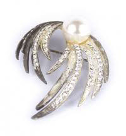 Brooch Pearl Mounted Feather Effect