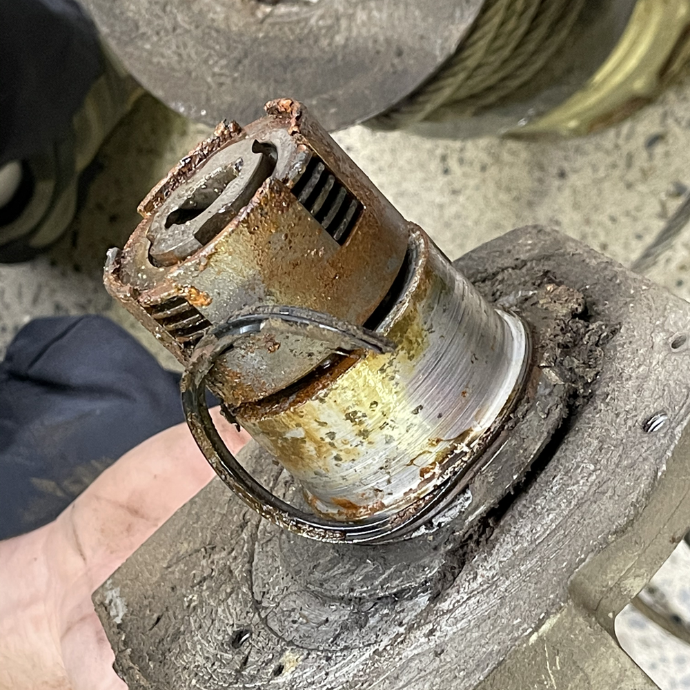 14-winch-clutch-and-ruined-seal.png