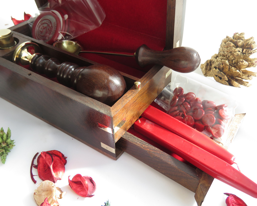 Secret drawer, containing a sample of wax beads and two sticks of red sealing wax included in the box set.