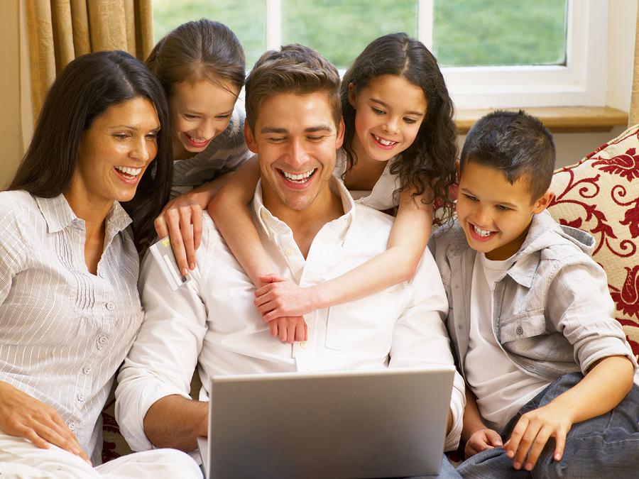 family-shopping-onlin-27387515.jpg