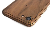 iPhone 8 cover in walnut, detail photo.
