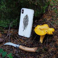 iPhone XS Max cover in ash with feather design, with chanterelles.